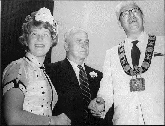 Swimmer Marilyn Bell with her coach Gus Ryder and Toronto Mayor Nathan Philips, 1954
