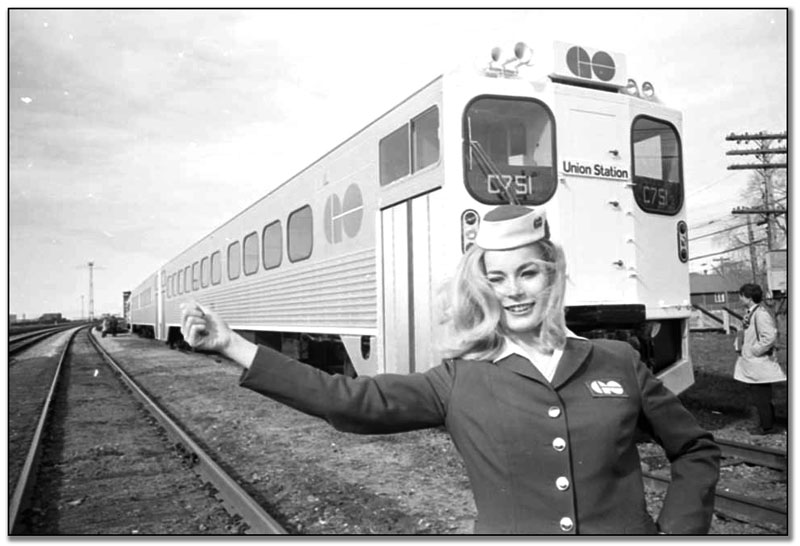 Train GO Transit et Gail Grimshaw, hôtesse, 10 avril 1967