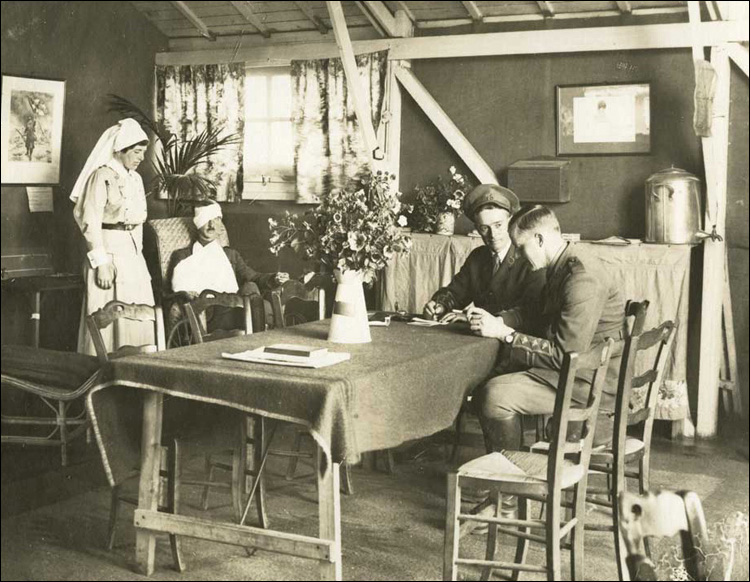 Sitting room of officers' ward, [ca. 1916-1918]
