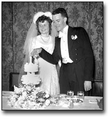 Photo: Bride and groom cutting the cake, Torges wedding, [ca. 1945]